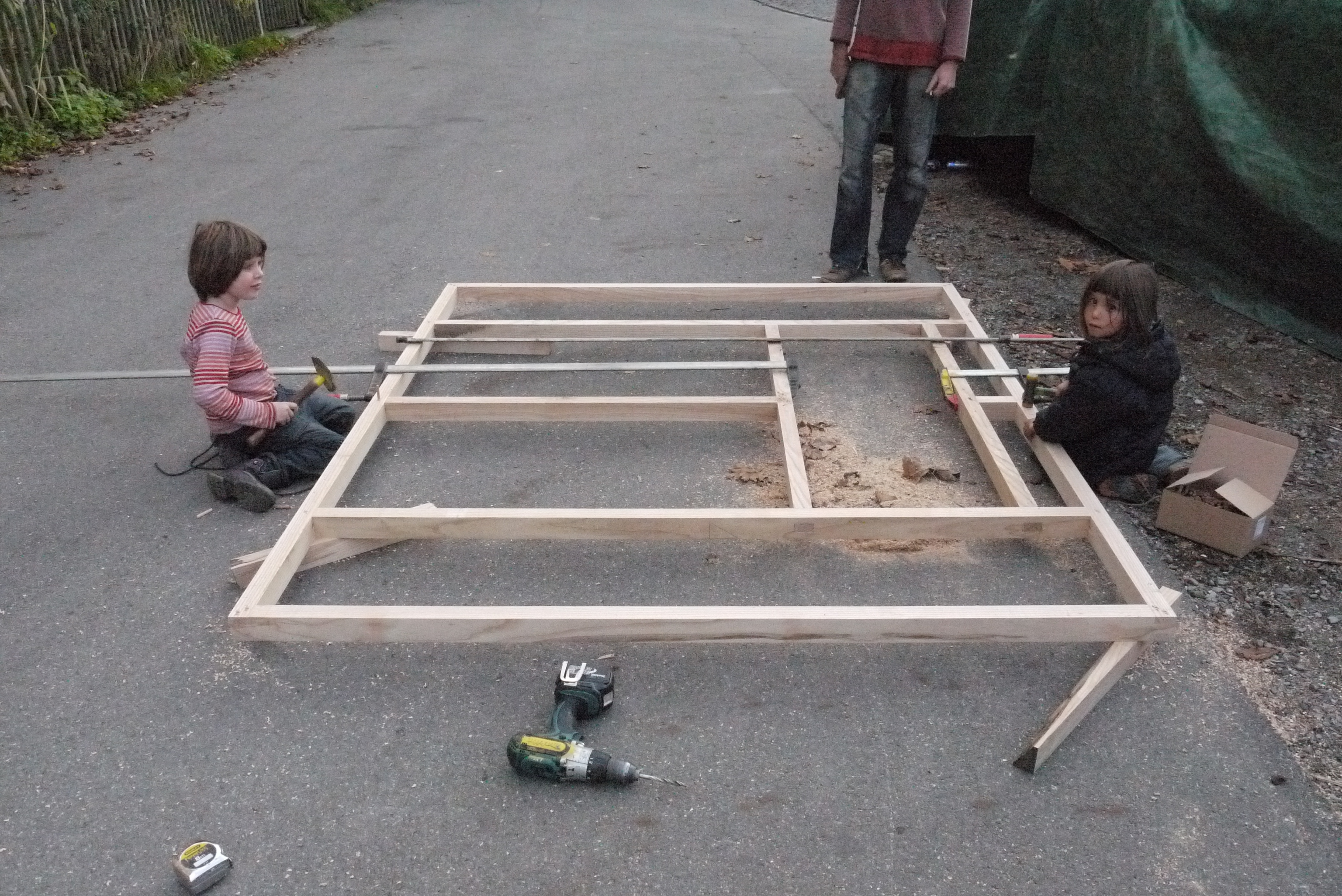 Zusammenbauen und mit Holzdübel verbinden
