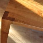 Ecke des Kirschbaumtischs mit abmontierbaren Tischbeinen