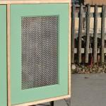 Raumtrenner aus wiederverwertetem Material mit viel praktischem Stauraum