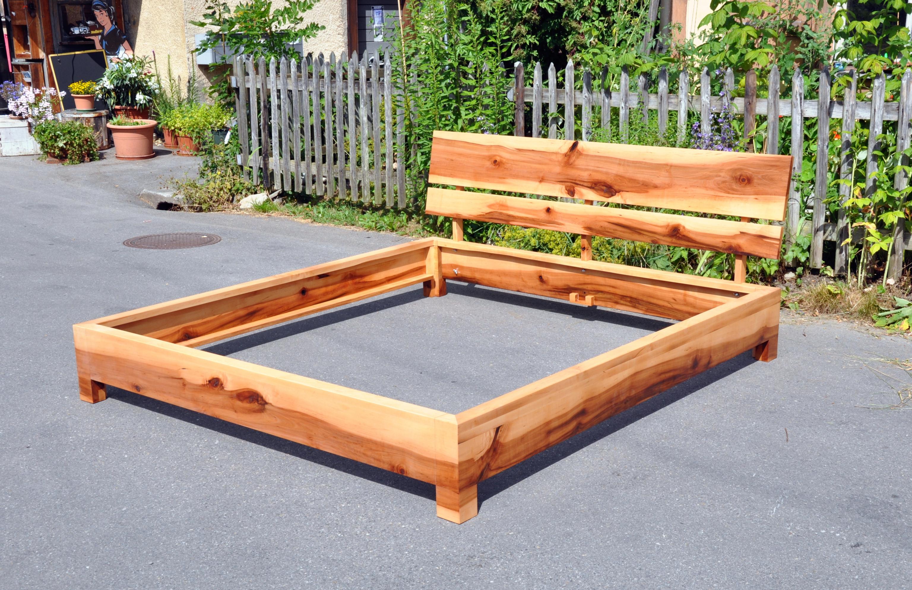 bett aus apfelholz mit r cklehne schreinerei holzlabor bern. Black Bedroom Furniture Sets. Home Design Ideas
