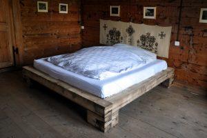 Doppelbett aus Altholz-Balken