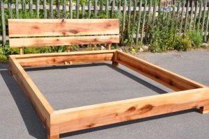 Bett aus Apfelholz mit Rücklehne