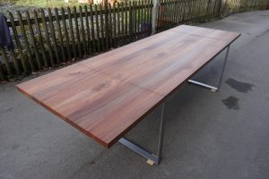 Tisch mit Verlängerung in Ulme